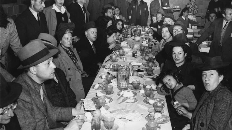 Holocaust-Survivors_Group-Passover-seder-in-Montreal-4-April-1944_GRAYSCALE_Photo-provided-by-Ariel-Gordon
